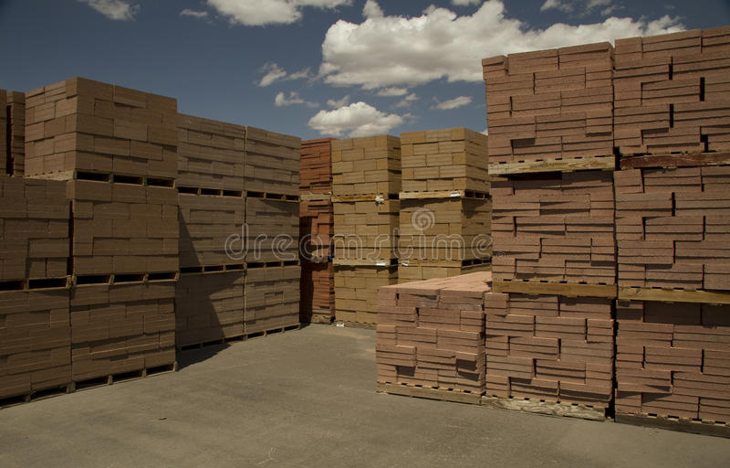 Briques pallettisées image stock