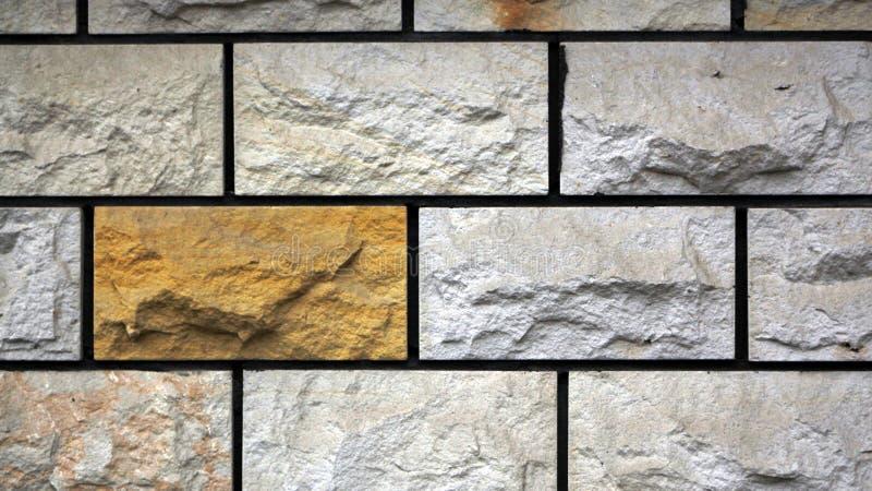 Briques rugueuses dans le mur photo stock