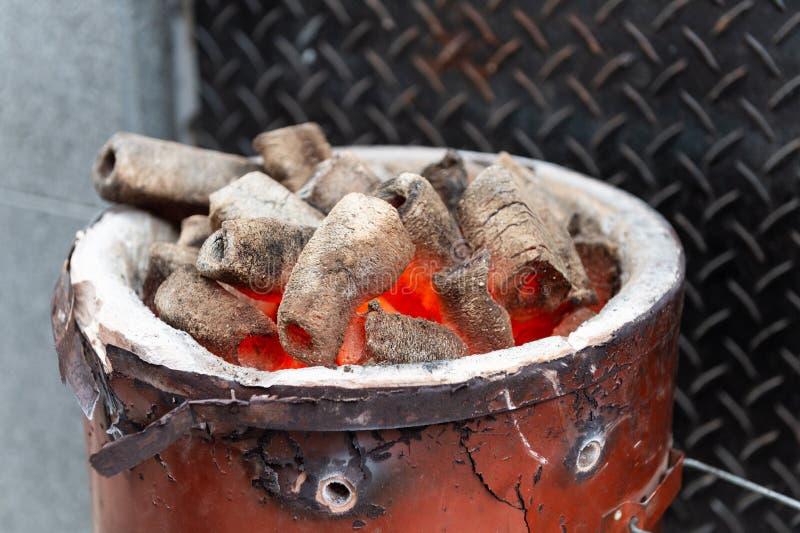 Briquetas calientes del carbón de leña de Pit With Glowing And Flaming de la parrilla del Bbq, imagenes de archivo