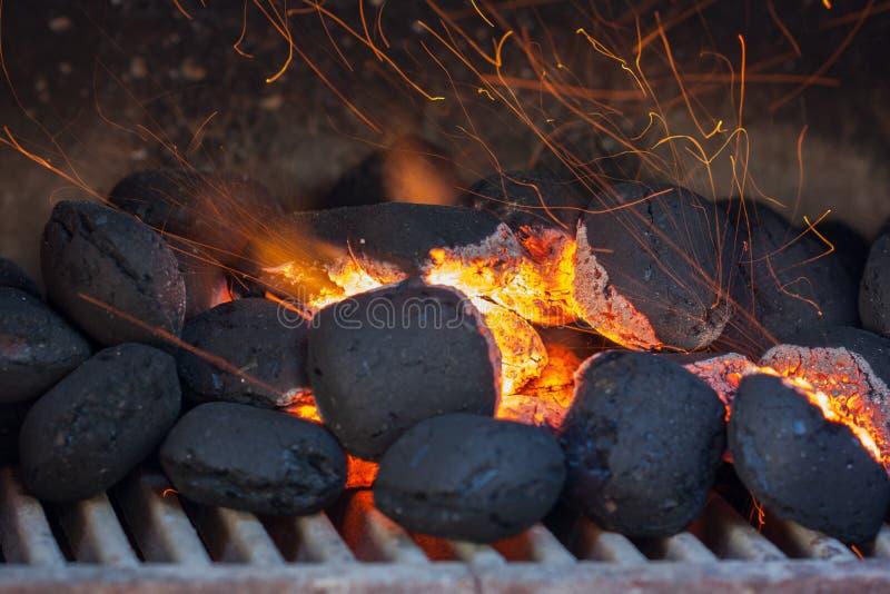 Briquetas del carbón de leña con las chispas del fuego. fotografía de archivo
