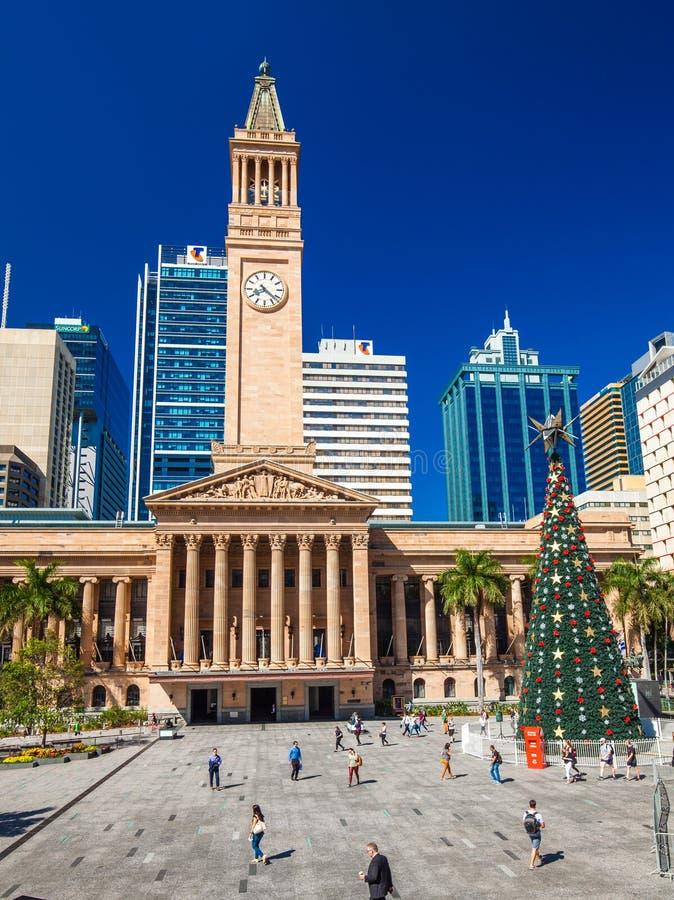 BRISBANE, AUS - 11. Dezember 2015: Ansicht von Rathaus in Brisbane mit einem Weihnachtsbaum lizenzfreie stockfotografie