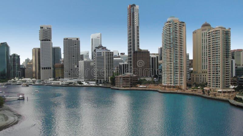 Brisbane, Austrália Canal principal do rio com pureza da água azul e arranha-céus no fundo fotografia de stock royalty free