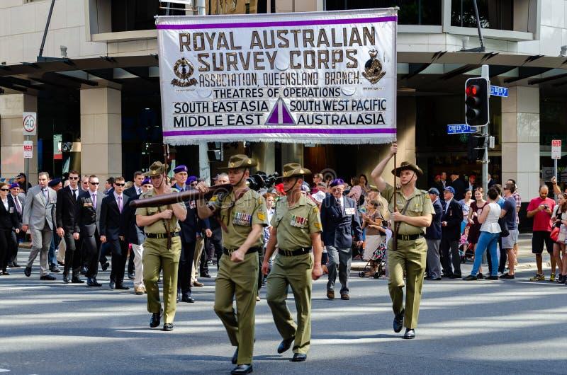 BRISBANE AUSTRALIA, APR, - 25 2014: Żołnierza przewożenia ankiety wyposażenie maszeruje za tłumami w Brisbane Anzac dnia rocznej  obraz royalty free