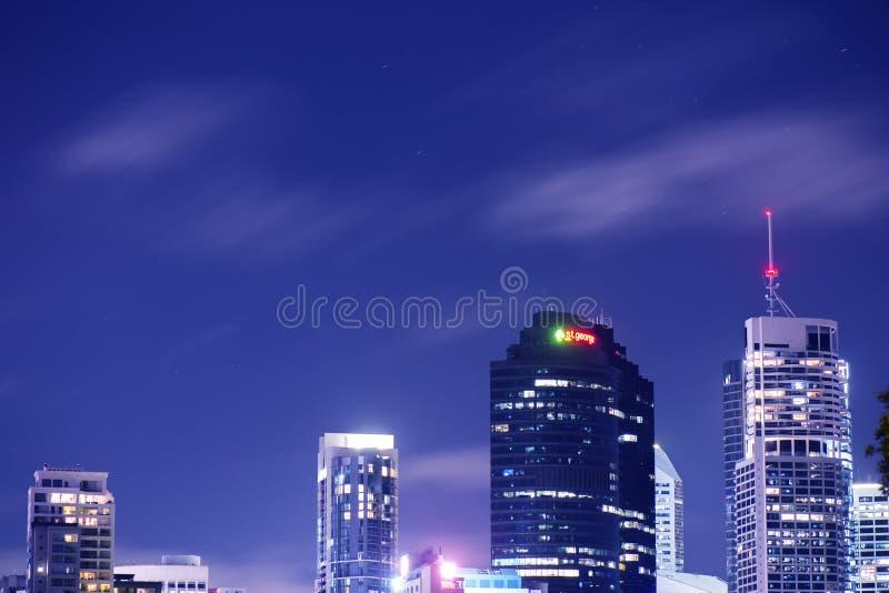 Brisbane Australia, Sobota, - 25th Listopad, 2017: Widok Brisbane miasta drapacze chmur przy nocą z chmurami obraz stock