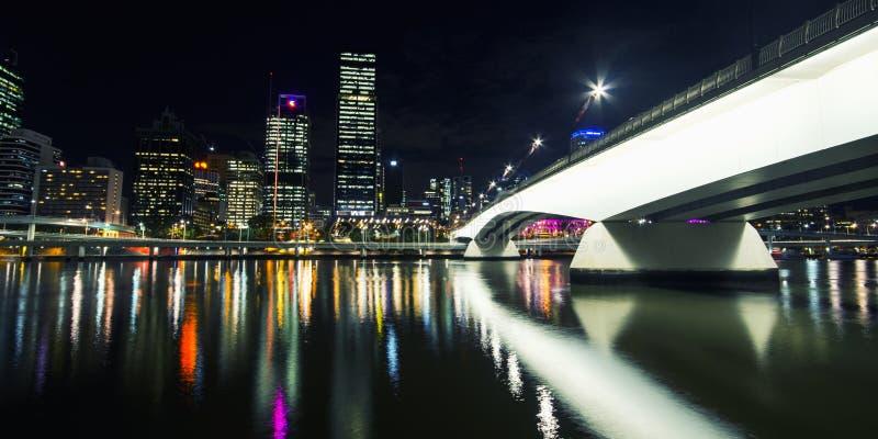 Brisbane, Australie - mardi 23 juin 2015 : Vue de ville de Victoria Bridge et de Brisbane la nuit de Southbank mardi les 23 images stock