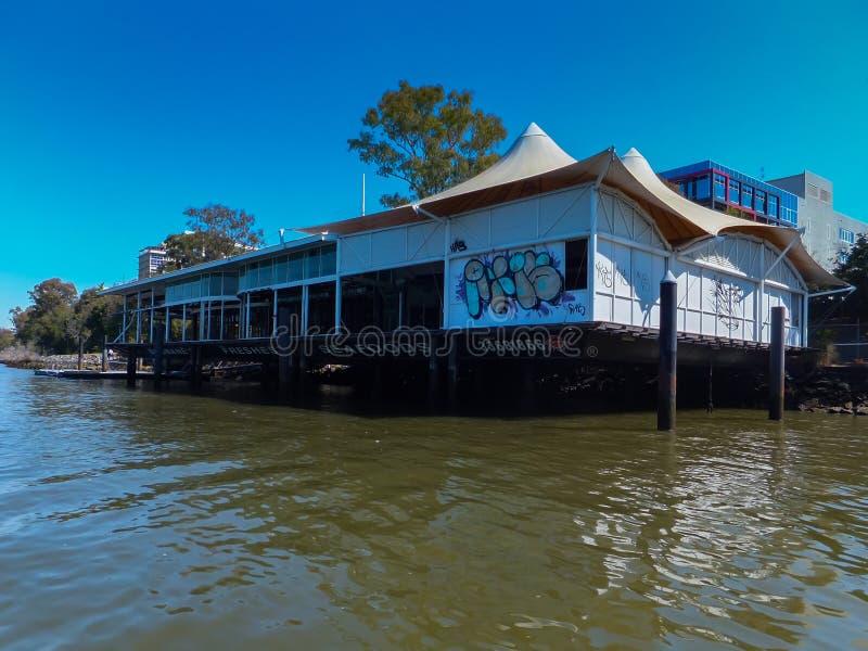 BRISBANE AUSTRALIEN - AUGUSTI 16 2012: Drivarestaurangen som förstörs fullständigt under Brisbanen 2011 floder fotografering för bildbyråer