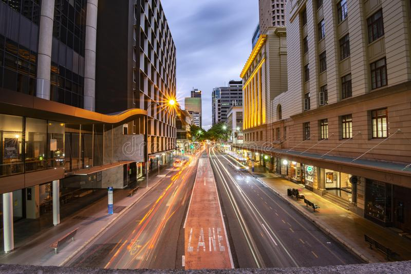 Brisbane Australien - lördag 28th April, 2018: Sikt av trafik på den Adelaide gatan i Brisbane CBD på natten royaltyfri foto