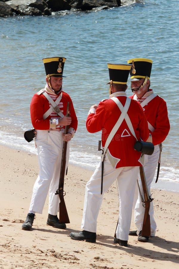 BRISBANE AUSTRALIEN - SEPTEMBER 16: Oidentifierade män i soldatbeträffande-lag kostymerar malning som delen av Redcliffen första S arkivfoton