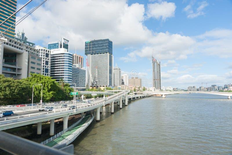 Brisbane flod till och med stad royaltyfri foto
