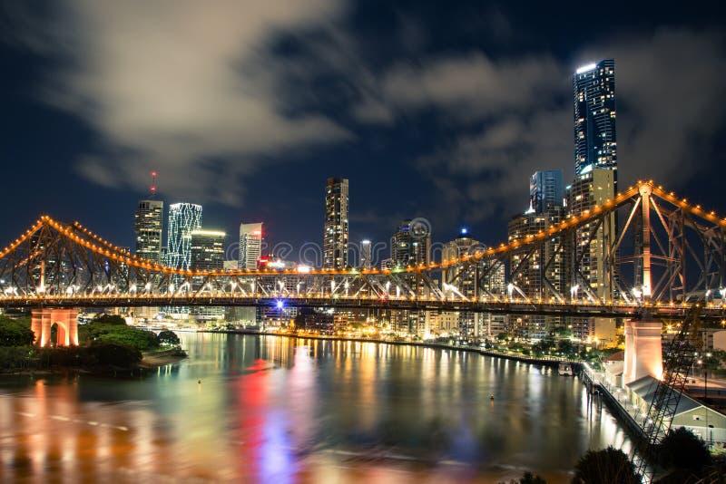 Brisbane na noite imagens de stock