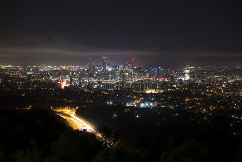 Brisbane nachts vom Berg-Blässhuhn Tha lizenzfreies stockbild