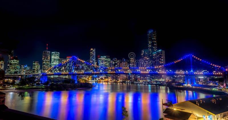 Brisbane stadshorisont och berättelsebro på natten royaltyfria foton
