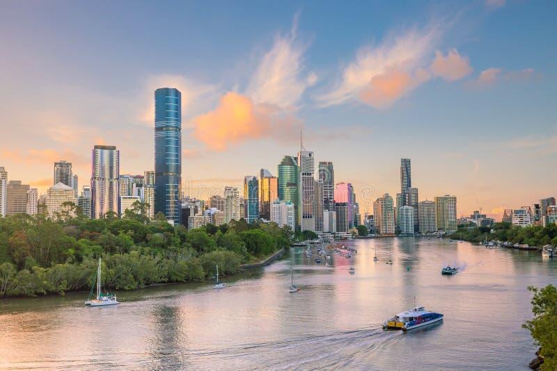Brisbane stadshorisont p? skymning i Australien royaltyfri bild