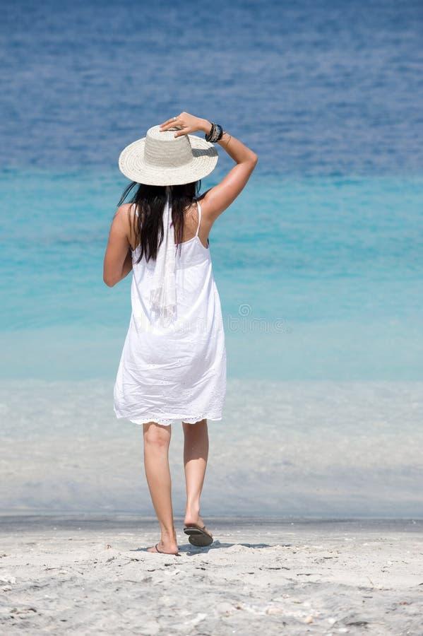 brise appréciant s'user de mer de chapeau de fille image stock