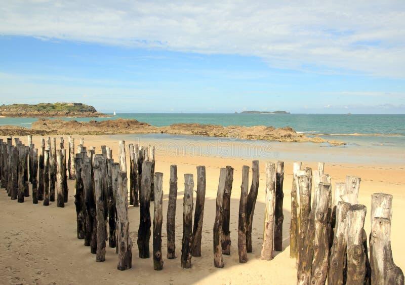 Brise-lames de troncs à St Malo dans la marée basse Brittany France photos stock