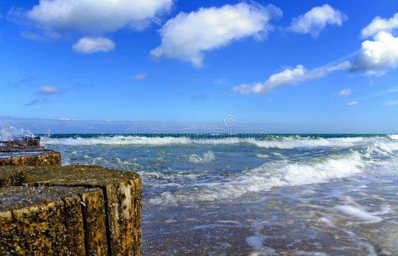 Brise-lames en bois et mer onduleuse photographie stock libre de droits