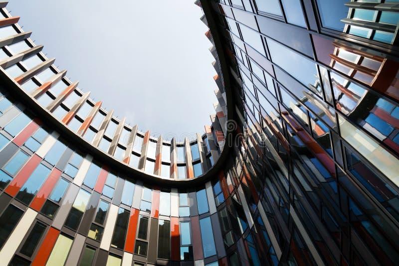 Brise soleil słońca łamacze na nowożytnej budynek biurowy fasadzie, globalny nagrzanie, podtrzymywalny żywy pojęcie, upał ochrona zdjęcia royalty free