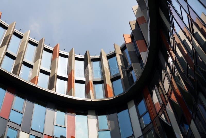 Brise soleil słońca łamacze na nowożytnej budynek biurowy fasadzie, globalny nagrzanie, podtrzymywalny żywy pojęcie, upał ochrona fotografia royalty free