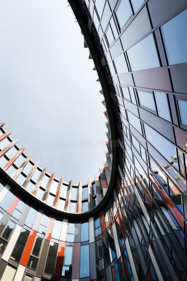 Brise soleil słońca łamacze na nowożytnej budynek biurowy fasadzie, globalny nagrzanie, podtrzymywalny żywy pojęcie, upał ochrona obrazy royalty free