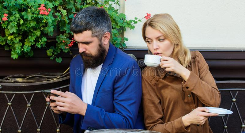 Brist av den levande kommunikationen Först möte av flickan och den mogna mannen kvinna och man med skägget att koppla av i kafé U fotografering för bildbyråer