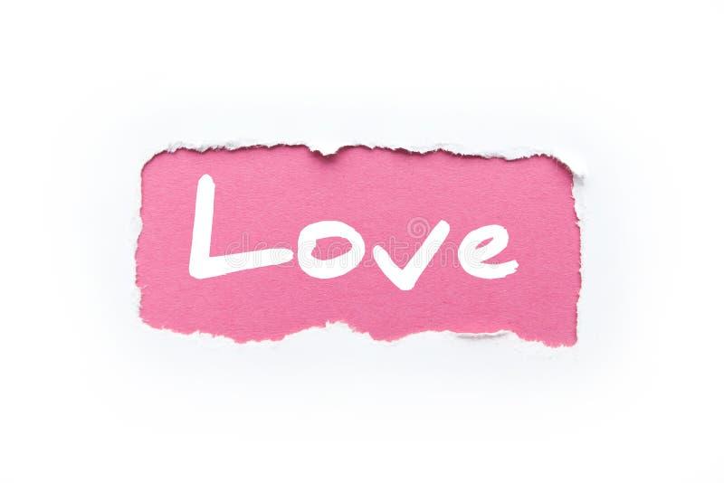 Brista i en vit bakgrund med s?nderrivna kanter Inskriften ?f?r?lskelse ?p? en rosa bakgrund royaltyfri bild