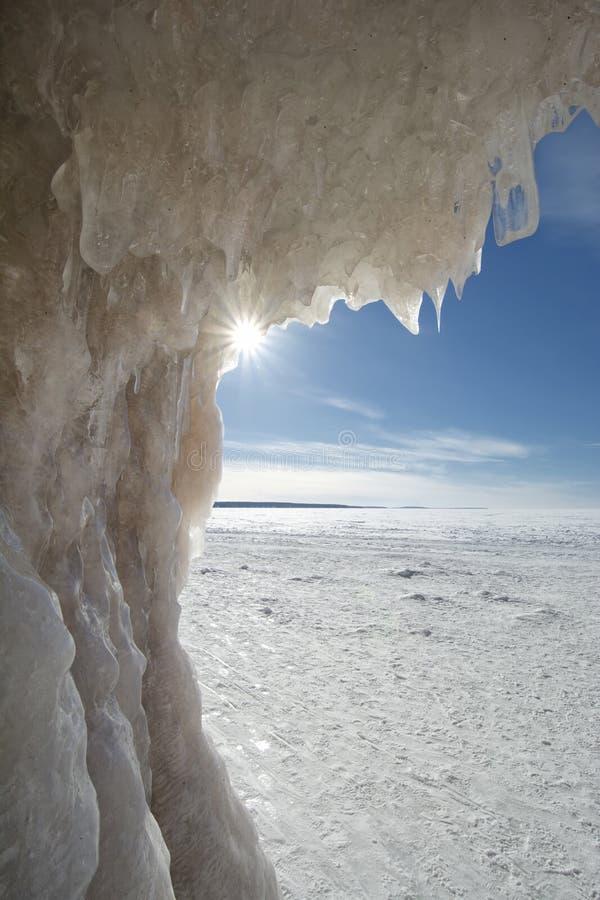 Bristning av solljus, grottor för apostelöis på djupfrysta Lake Superior, Wisconsin royaltyfri foto