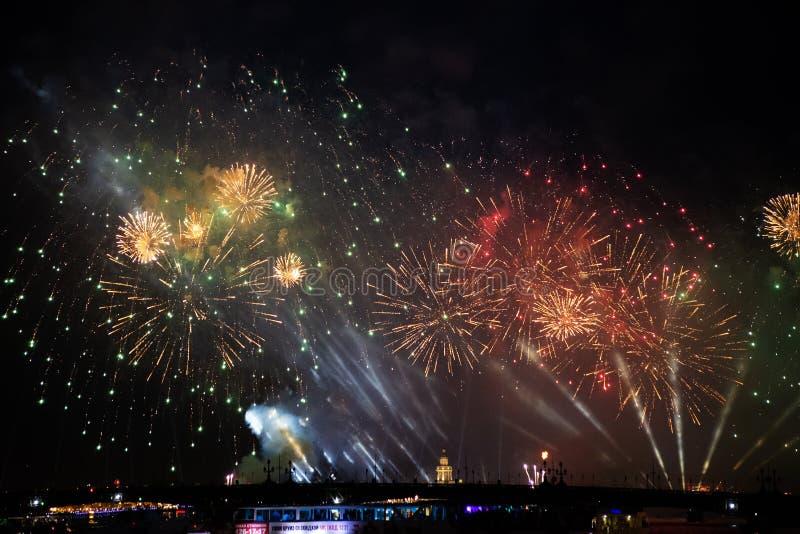 Bristningar av fyrverkerit på scharlakansrött seglar festlighet i St Petersburg, Ryssland royaltyfri fotografi