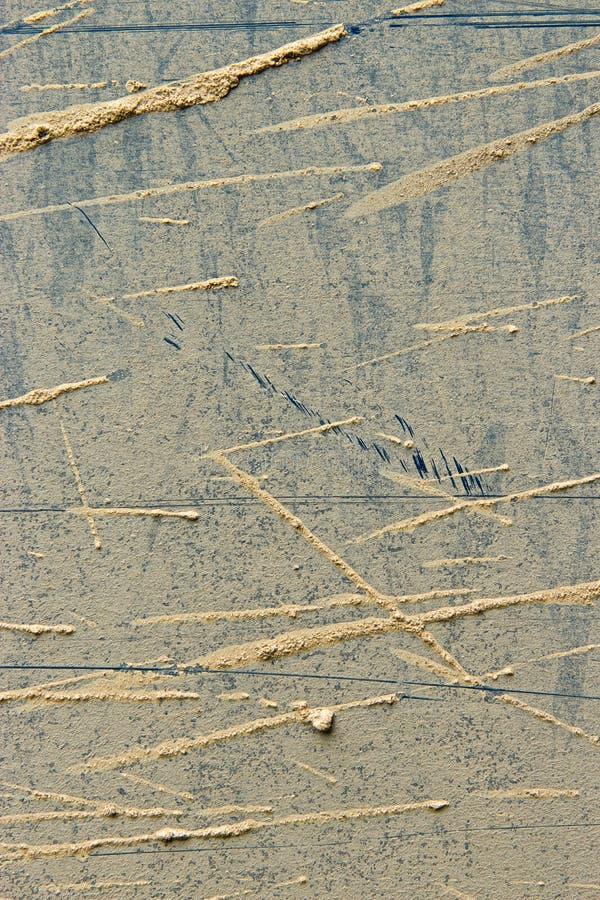 Bristningar av smuts på metallplattan royaltyfria foton
