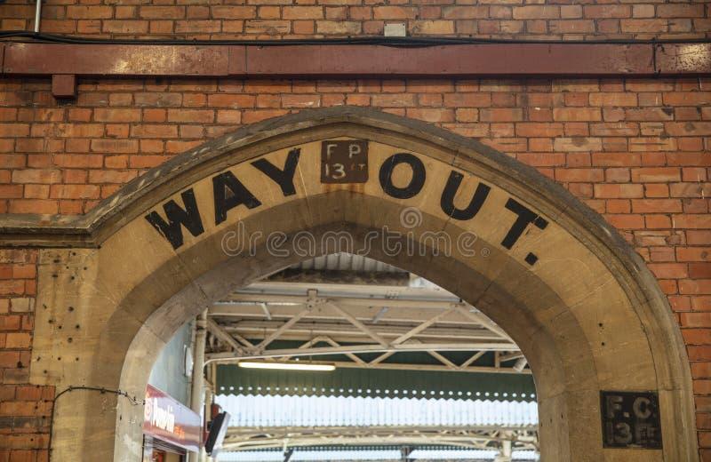 Bristol, Reino Unido, o 21 de fevereiro de 2019, da maneira signage velho para fora em Bristol Temple Meads Station imagens de stock