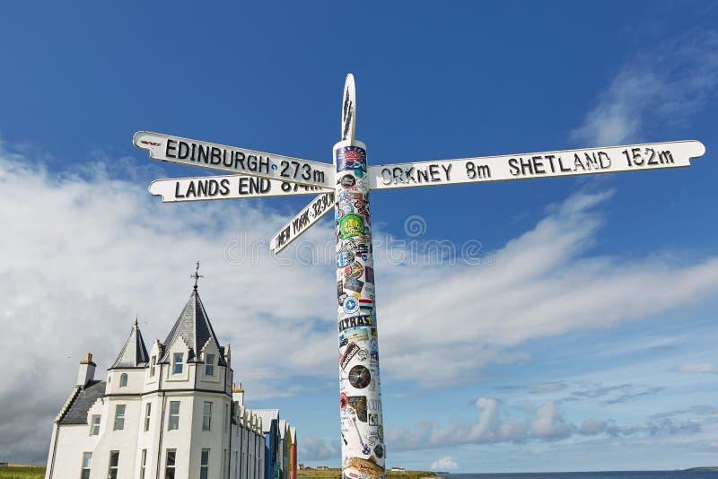 """Britains débarque le signe d'extrémité gruaux de John à o les """"en Ecosse avec les cieux bleus et l'océan et l'herbe à l'arrière-p photo libre de droits"""