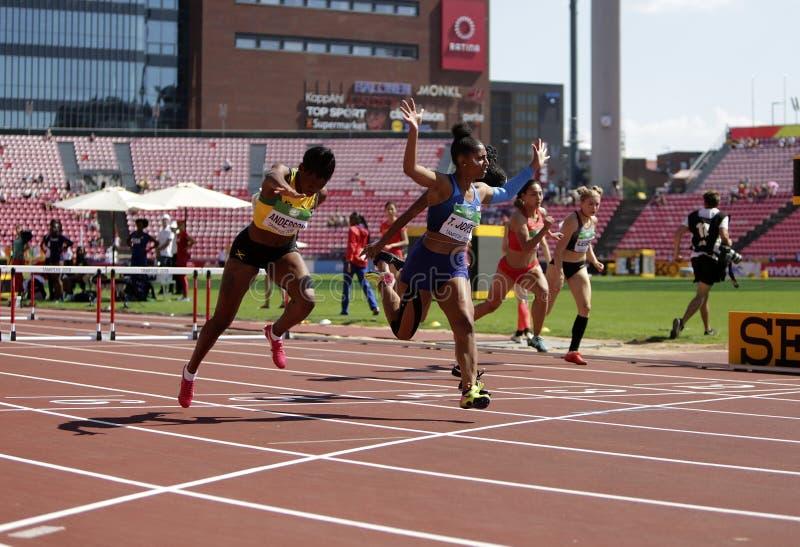 BRITANY ANDERSON, Tia JONES, Cortney JONES à la ligne d'arrivée dans 100 mètres entoure la finale de claies dans le championnat d photographie stock libre de droits