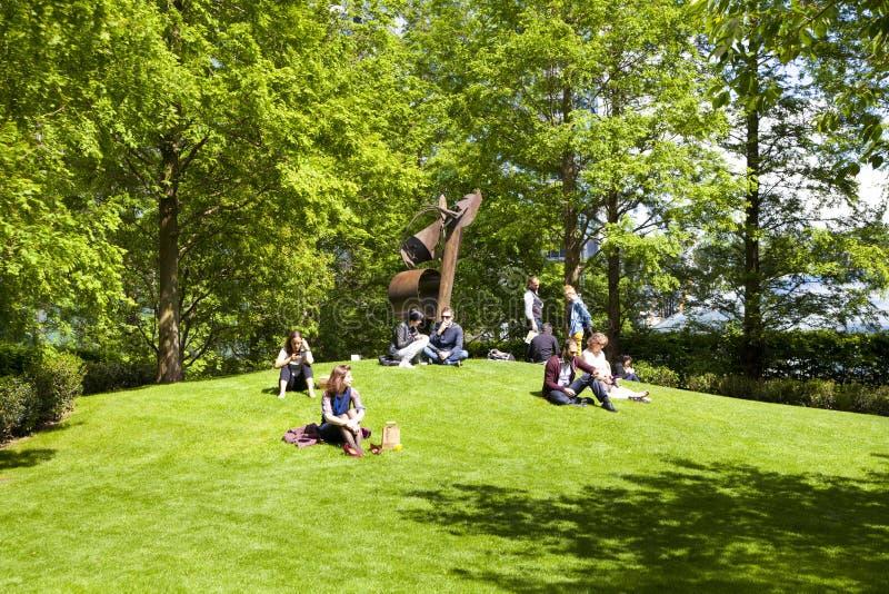 Briten, die oben im grünen Park kühlen lizenzfreie stockfotografie
