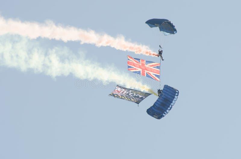 Britische Armee-Fallschirmspringer über Clacton geben airshow frei stockfotos