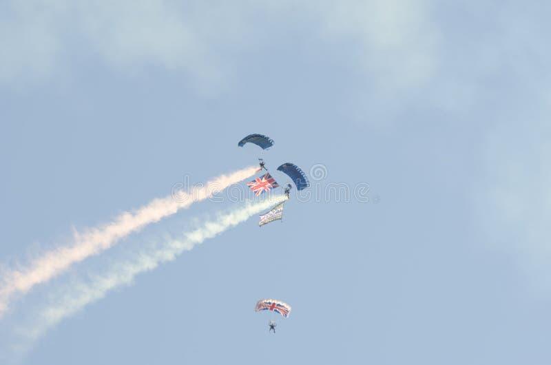 Britische Armee-Fallschirmspringer bei Clacton geben airshow frei lizenzfreie stockfotos