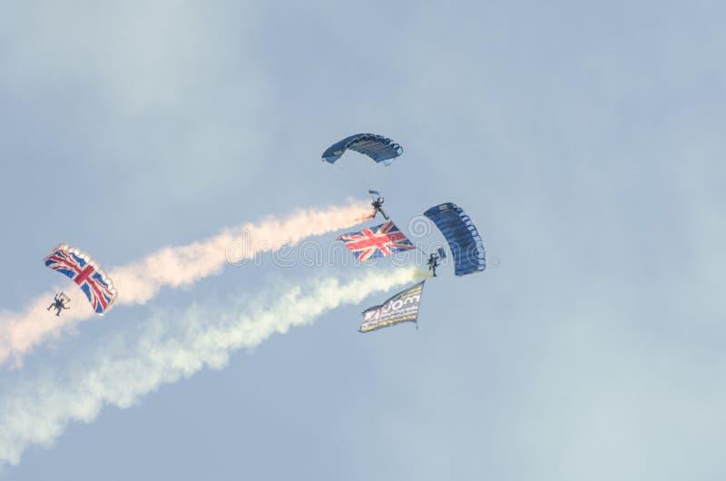 Britische Armee-Fallschirmspringer, die frei an airshow Clacton absteigen stockfotos