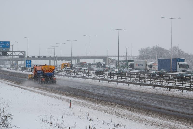 Britische Autobahn M1 während des Schneesturms stockfoto