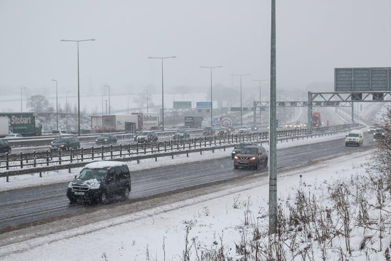 Britische Autobahn M1 während des Schneesturms lizenzfreies stockfoto