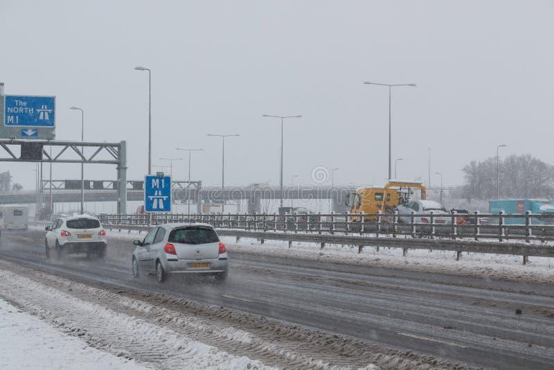 Britische Autobahn M1 während des Schneesturms lizenzfreie stockfotografie
