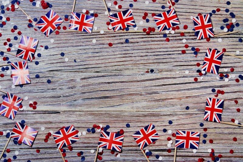 BRITISCHE Flagge auf hölzernem Hintergrund mit Konfettikopienraum das Konzept des Unabhängigkeitstags, des Gedächtnisses und der  lizenzfreie stockbilder