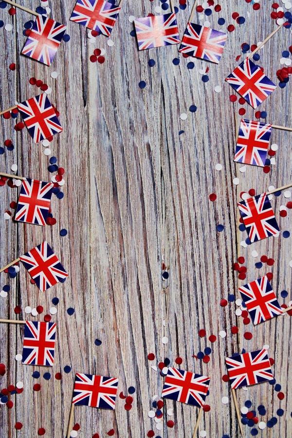 BRITISCHE Flagge auf hölzernem Hintergrund mit Konfettikopienraum das Konzept des Unabhängigkeitstags, des Gedächtnisses und der  stockfotos