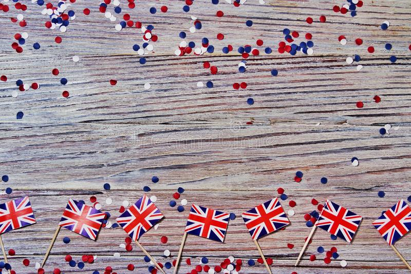 BRITISCHE Flagge auf hölzernem Hintergrund mit Konfettikopienraum das Konzept des Unabhängigkeitstags, des Gedächtnisses und der  lizenzfreie stockfotografie