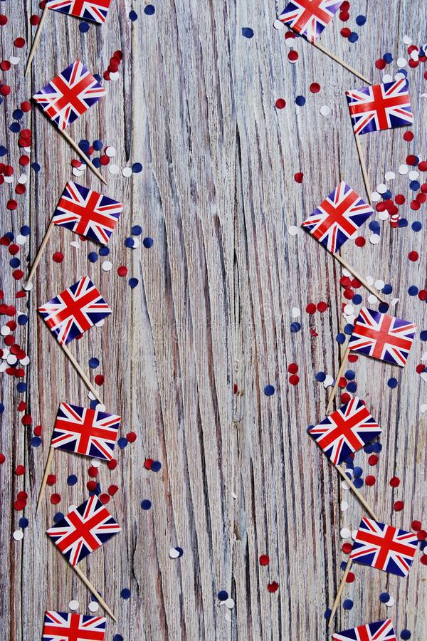 BRITISCHE Flagge auf hölzernem Hintergrund mit Konfettikopienraum das Konzept des Unabhängigkeitstags, des Gedächtnisses und der  stockfotografie