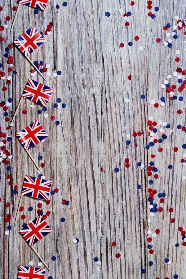 BRITISCHE Flagge auf hölzernem Hintergrund mit Konfettikopienraum das Konzept des Unabhängigkeitstags, des Gedächtnisses und der  stockfoto