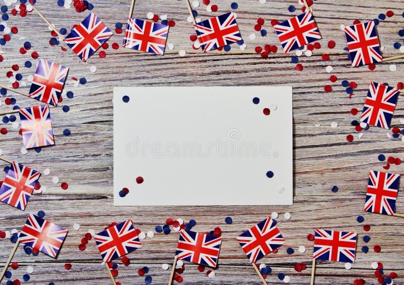 BRITISCHE Flagge auf hölzernem Hintergrund mit Konfettis und Weißbuchblättern, Plan, Kopienraum das Konzept des Unabhängigkeitsta stockfotos