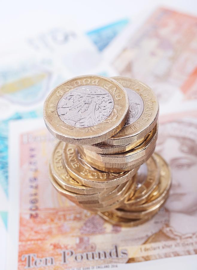 Britische Geld Banknoten und M?nzen stapeln lizenzfreie stockfotos