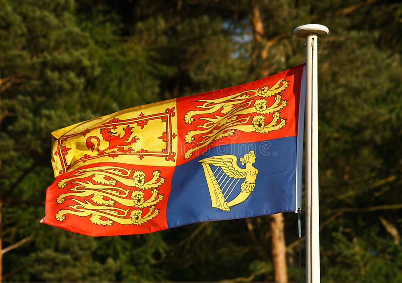 Britische königliche Standardflagge auf Fahnenmast lizenzfreies stockbild