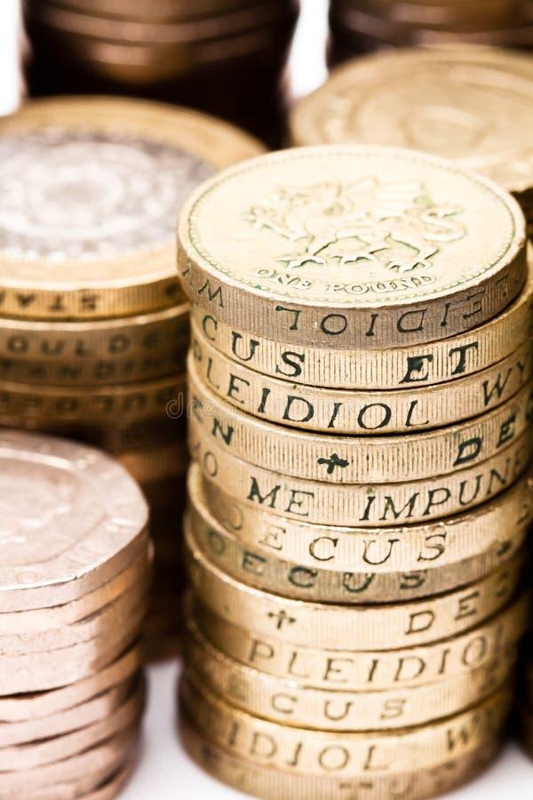 Britische Münzenstapel auf einem weißen Hintergrund stockfotografie