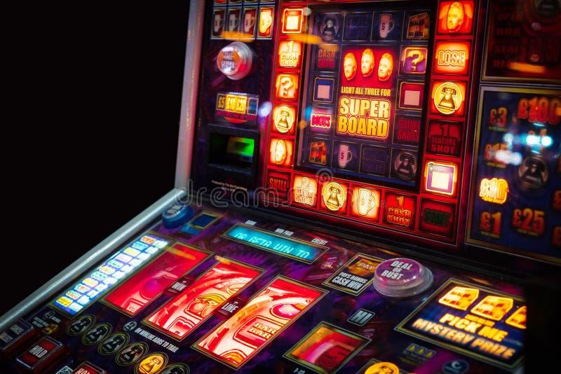 BRITISCHE Spielautomaten klassische Weinlese Brightons innerhalb des Hollywood Bowl Brighton Marina lizenzfreie stockfotografie