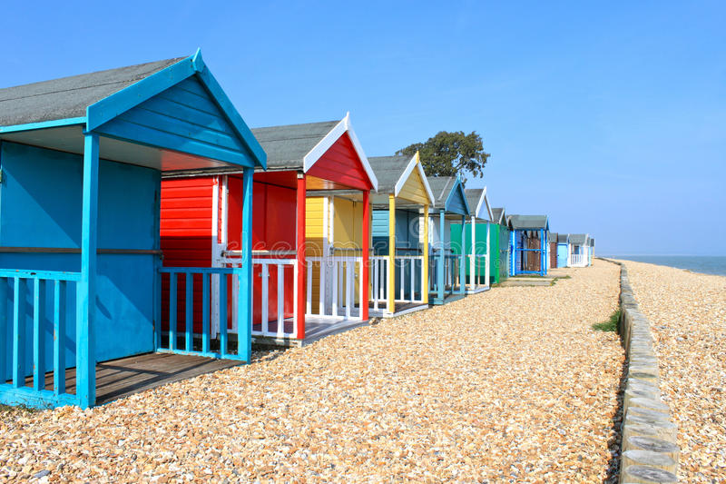Britische Strandhütten lizenzfreie stockbilder