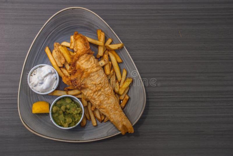 Britische traditionelle Fisch und mit gestampften Erbsen, Remoulade stockfotografie